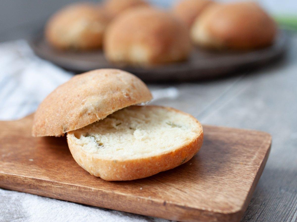 Brot mit Käse und scharfen Paprikas