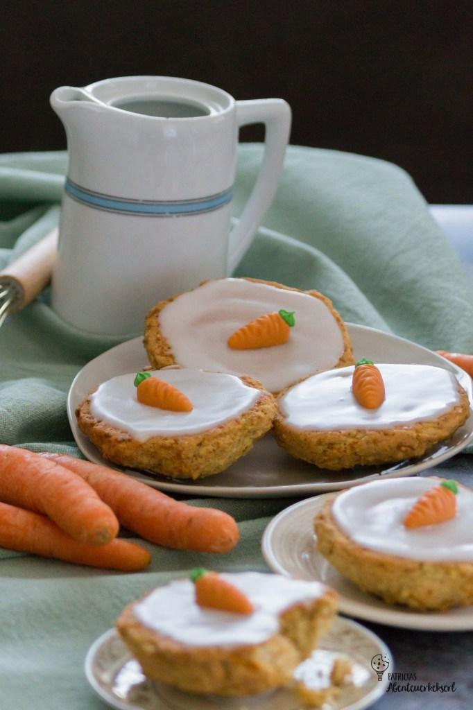 Karotten Kuchen Kekse mit Zuckerguss und Marzipandekoration