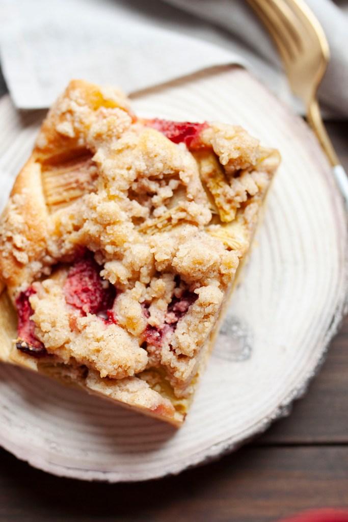 Streuselkuchen von oben mit Erdbeeren und Rhabarberstückchen