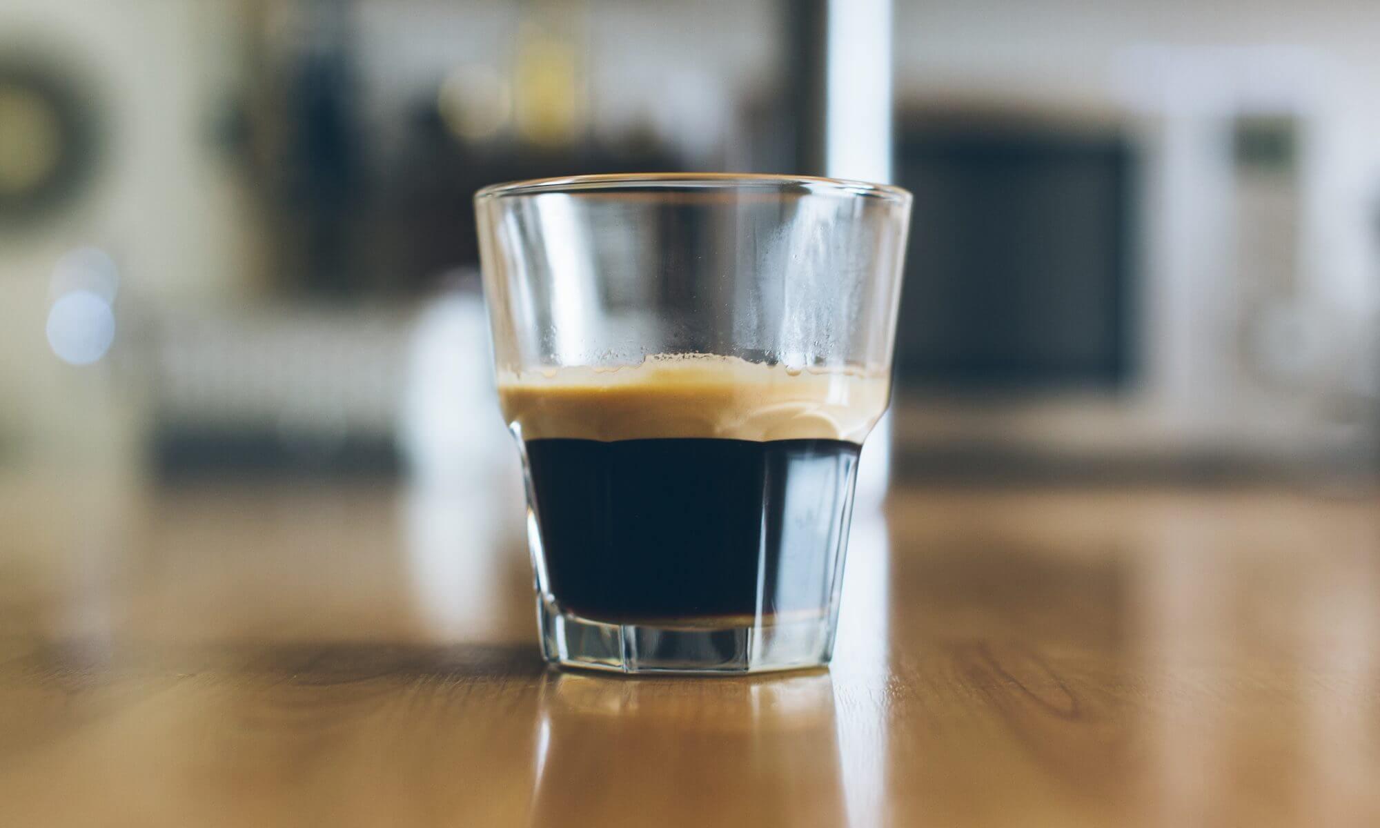 VAso con café espresso.