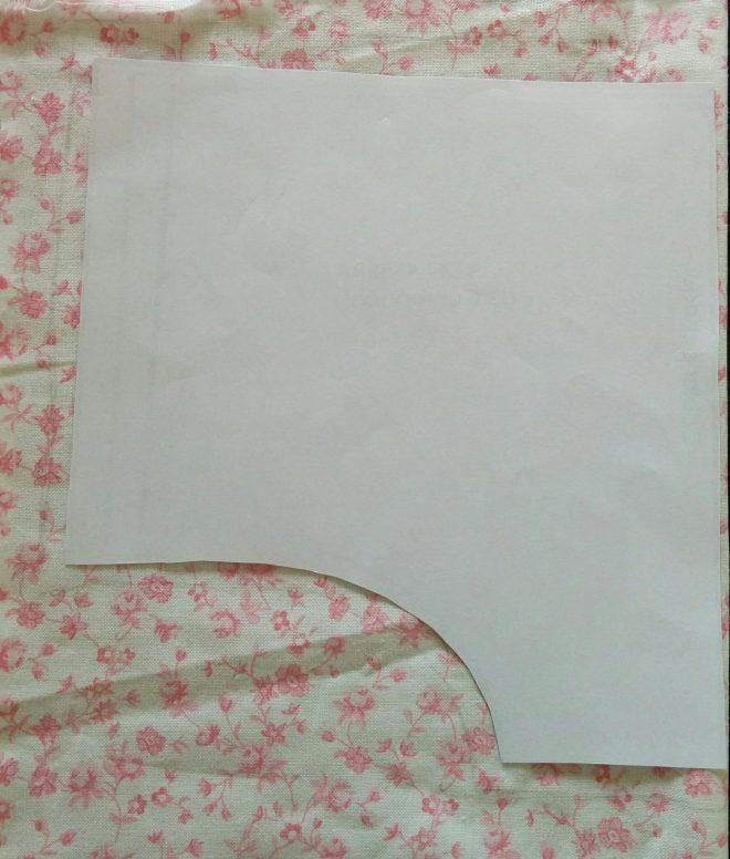 Baby bloomers mønster lagt på stoffet