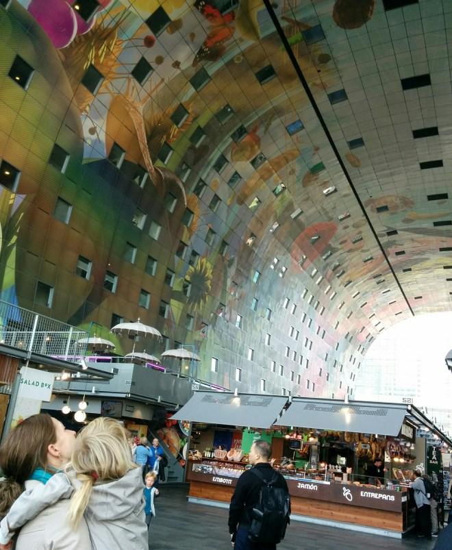 Rotterdams indendørs marked Markthal, med lejligheder og fantastisk udsmykning med væg- og loftmalerier.