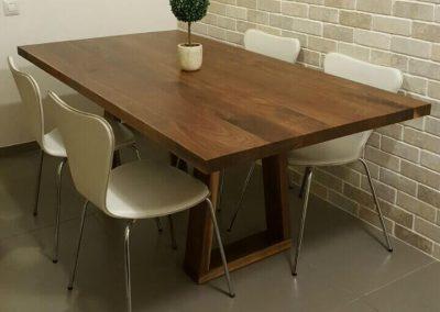 שולחן פינת אוכל דגם 'גותי'