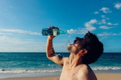 サーフィンでの水分補給の方法