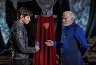 Cameron Cuffe as Seg-El, Ian McElhinney as Val-El