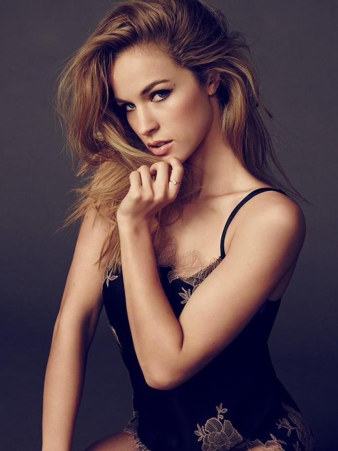 Alexis Knapp hot