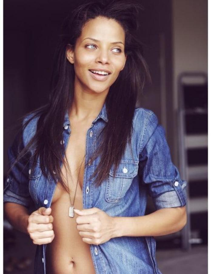 Denise Vasi sexy side boobs pics (2)