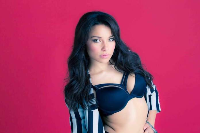 Jessica Parker Kennedy sexy side boobs pics