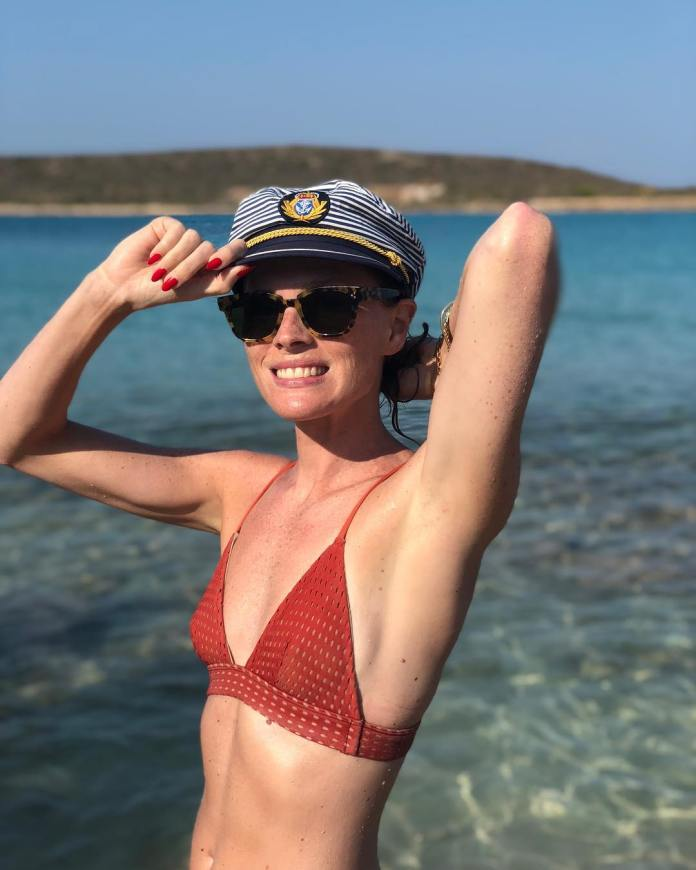 Kate Nauta sexy side boobs pics