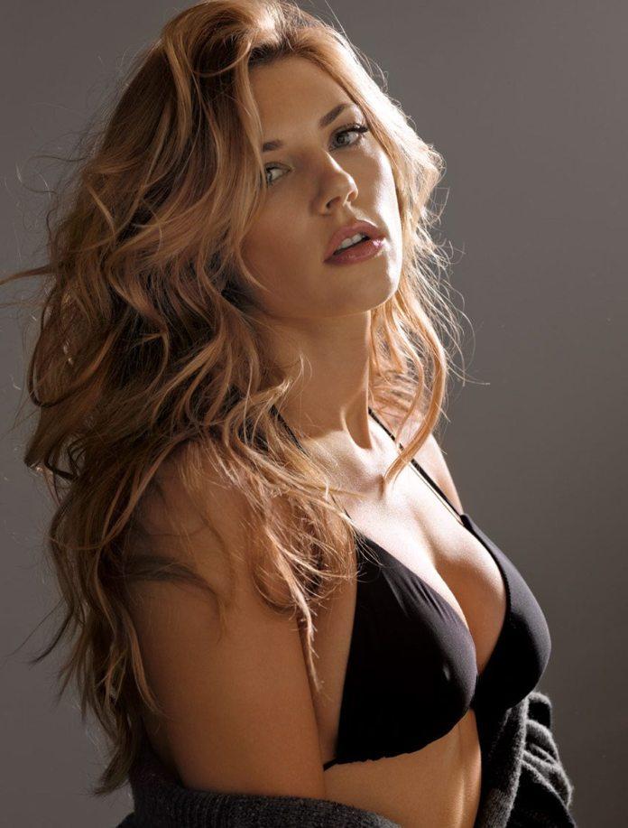 Katheryn Winnick sexy side boobs pics