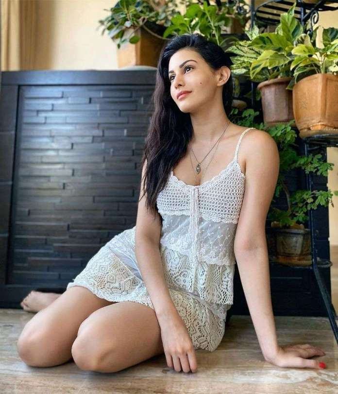 Amyra Dastur sexy look