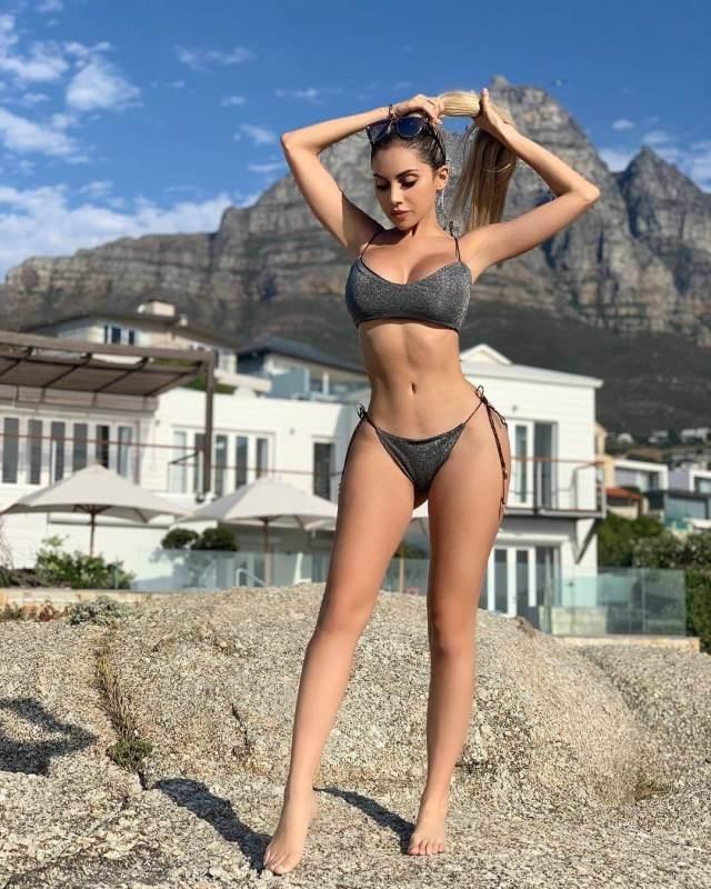 Alexa Dellanos sexy legs