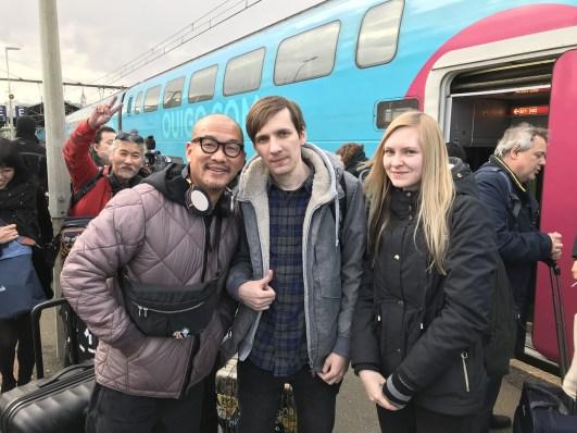 Хьюнджин Ким (на заднем плане), Ким Джунг Ги с Максом и Аней.