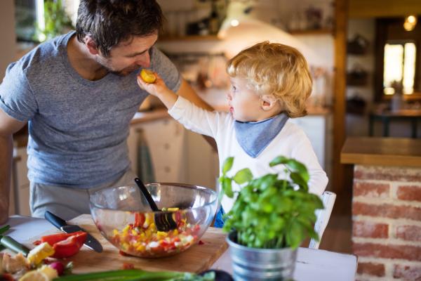 Os benefícios de cozinhar com crianças