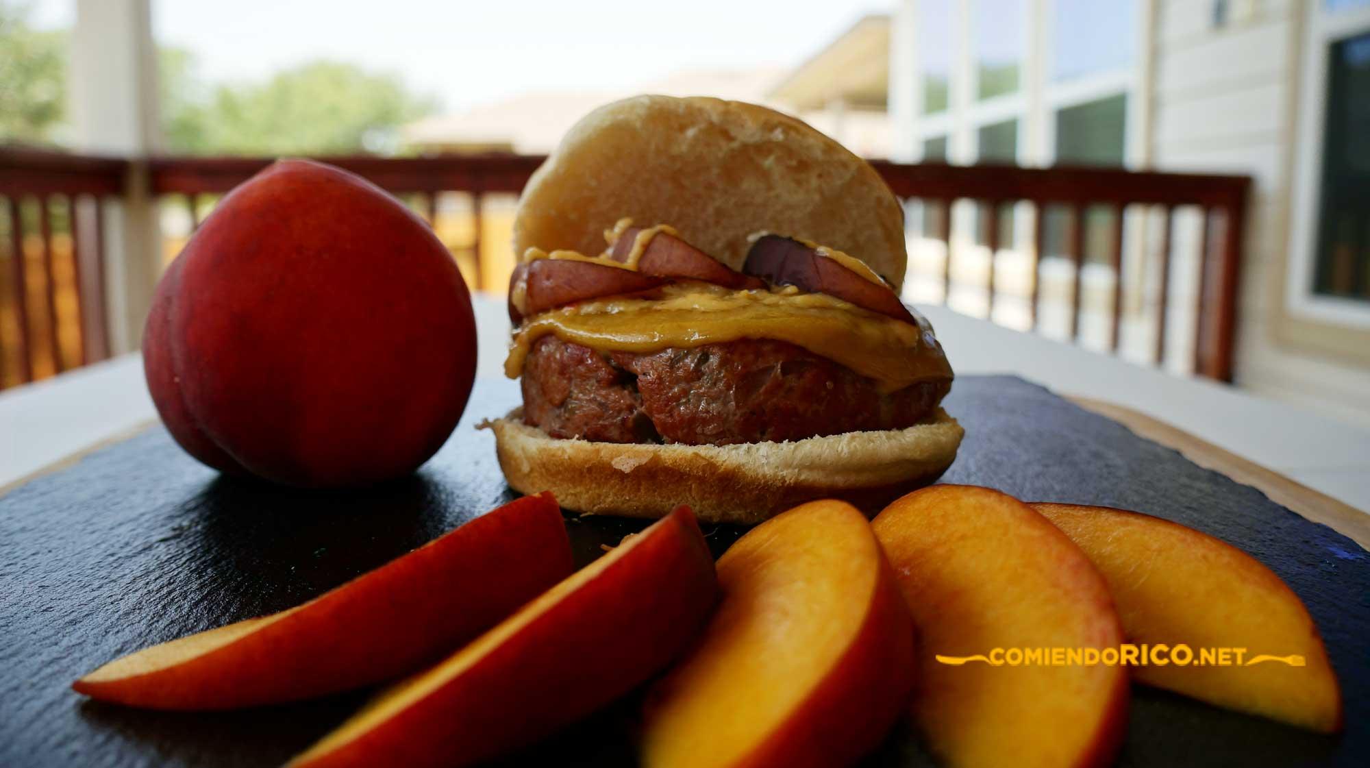 hamburguesa con duraznos, comiendo rico