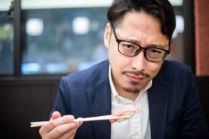 お寿司を食べるボス