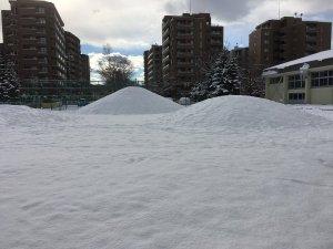 北海道あるあるネタ:冬はグランドにスキー山がある