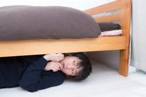 ベッドの下の夫