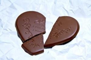 くしゃくしゃの紙と割れたハートのチョコレート