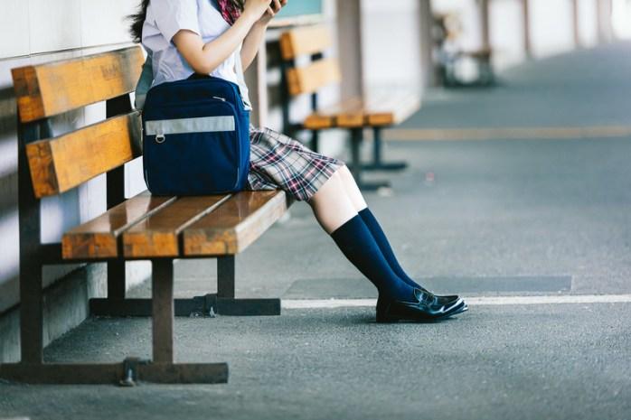 ベンチに座る女子高生