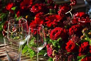 赤い薔薇とワイングラス