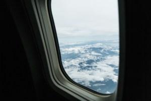 旅客機の窓から上空