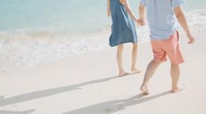 砂浜を歩くカップル