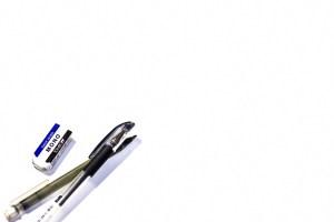 消しゴムとペン