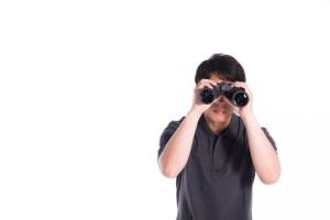 双眼鏡を覗く男性