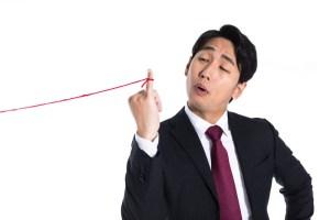 赤い糸が結ばれている男性