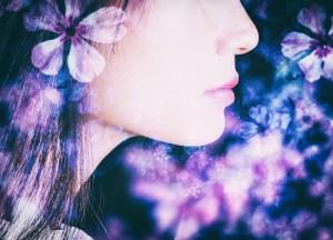 花と女性の横顔