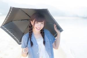日傘とおさげの女性