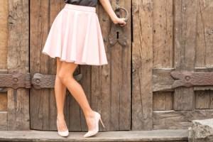 高い踵の靴を履いた女性