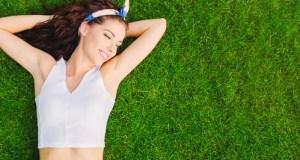 草の上に横たわる