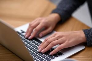 パソコンを使用する人