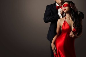 depositphotos_180198172-stock-photo-couple-love-kiss-sexy-blindfolded