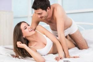 55302362-自宅のベッドでの情熱的なカップル