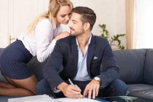 85023204-オフィスで若い金髪秘書誘惑裕福な実業家