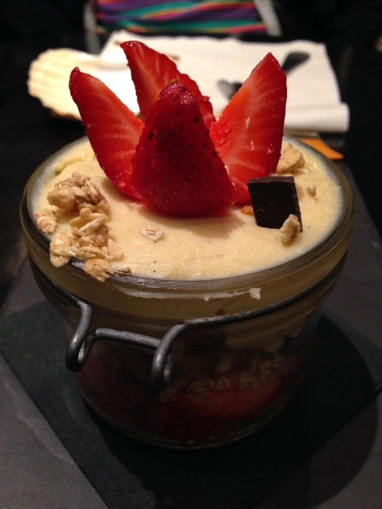 Sobremesa maravilhosa, morangos, granola, chocolate e mascarpone