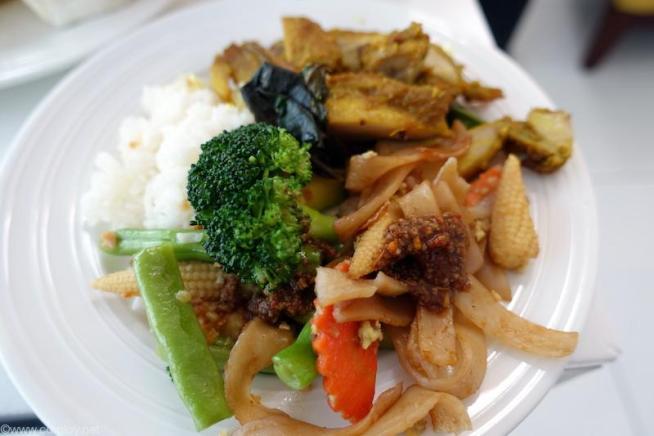 野菜炒めとご飯と鶏肉のスパイシー煮