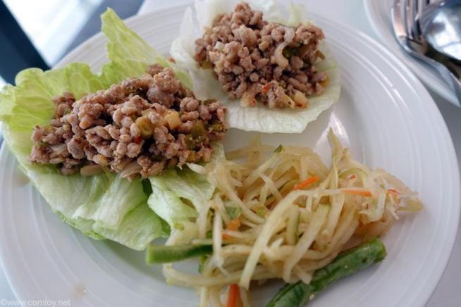ソムタムと豚ひき肉のバジル炒め