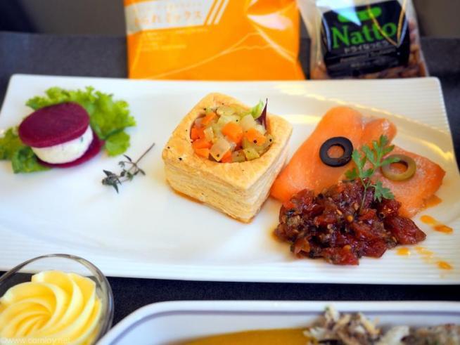 アペターザー  レモンチキンとビーツのサラダ仕立て  野菜のキッシュ  スモークサーモン