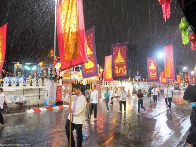 一旦パレードが中断します。観光客も軒下に雨宿り中です。