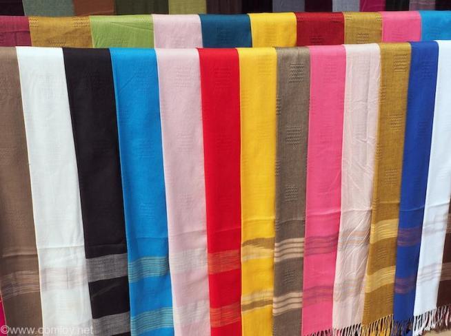 色あざやかな布の数々。