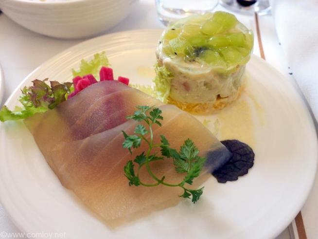 マレーシア航空 MH89 成田 -クアラルンプール ビジネスクラス機内食 SHRIMP AND AVOCADO TIMBALE Lettuce, smoked tuna and red radish pickle