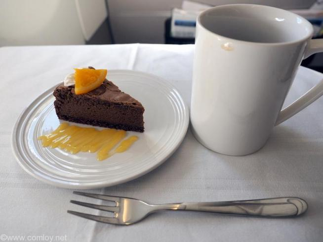 マレーシア航空 MH89 成田 -クアラルンプール ビジネスクラス機内食 DESSERT Baked chocolate cake with orange sauce