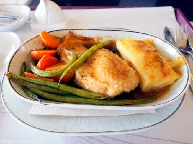 タイ航空 TG601 香港(HKG) - バンコク(BKK) ビジネスクラス機内食 Main Course Roast Chicken Breast with Grainy Mustard Sauce Gratin Dauphinois Roasted Carrot with Black Pepper, Broccoli