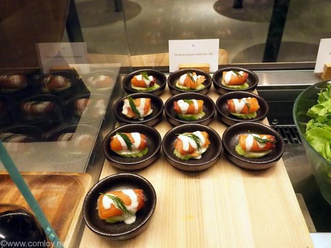 バンコク スワンナプーム空港 キャセイパシフィック航空ラウンジ Smoked salmon with lime dill
