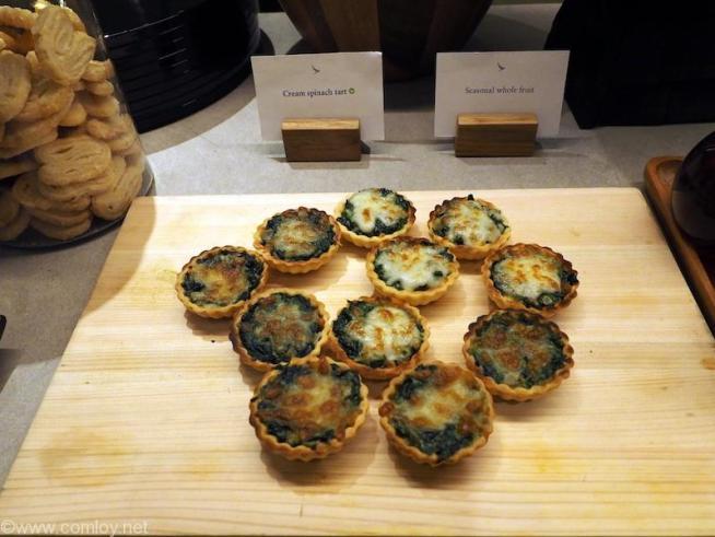 バンコク スワンナプーム空港 キャセイパシフィック航空ラウンジ Cream spinach tart ほうれん草のクリームタルト
