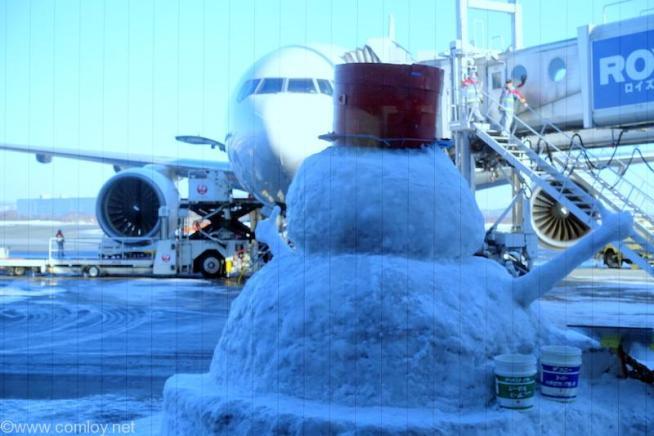 飛行機を見つめる雪だるま